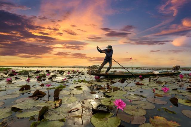 Fisherman-boating-at-sunrise-on-Yangtze-River-China_426663559